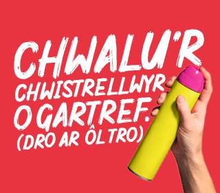 Llaw yn dal can erosol gyda'r slogan Chawlu'r chwistrellwyr o gratref (Dro ar ôl tro)